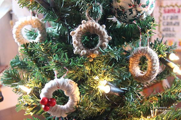 Verzameling mini kransjes in een kerstboompje.