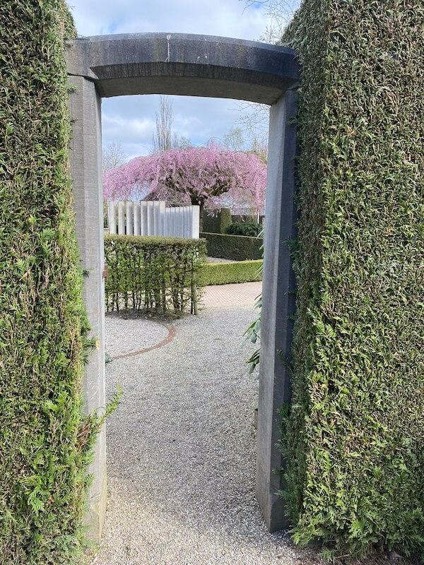 Een stenen doorgang naar een Geheime Tuin